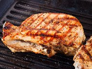 Рецепта Мариновани карета / котлети с кост от свинско месо (стекове) с марината от мащерка, риган и бяло вино печени на скара или грил тиган